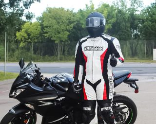 Keeping your safety and look our number 1 priority, our team has designed this Iris suit. Featuring a solid 1.3 mm matt cowhide leather, triple stitching with d3O grade protection, Iris provides you with the peace of mind, whether you are on the track or riding casually.  📸 @matttheknightrider